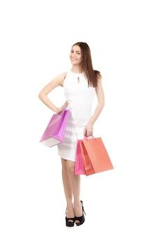 Uśmiechnięta kobieta z torbą zakupów