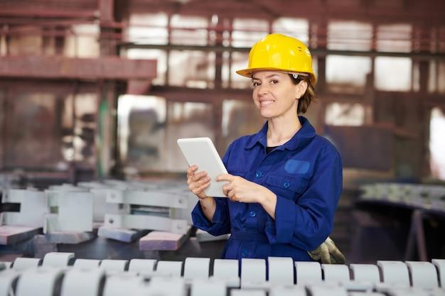 Uśmiechnięta kobieta zarządzająca produkcją