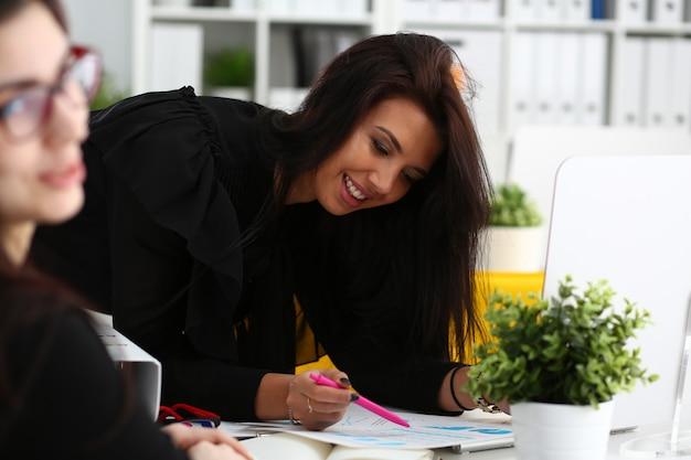 Uśmiechnięta kobieta zastanawia się nad portretem problemowym
