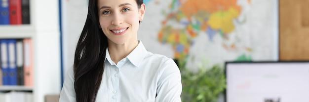 Uśmiechnięta konsultantka biznesowa stoi w biurze