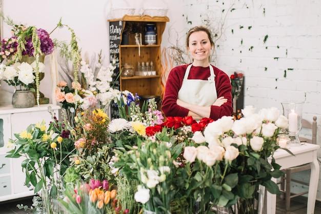 Uśmiechnięta kwiaciarnia patrzeje kamerę