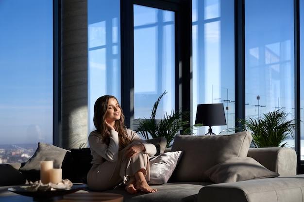 Uśmiechnięta ładna kobieta korzystających z wolnego czasu w domu