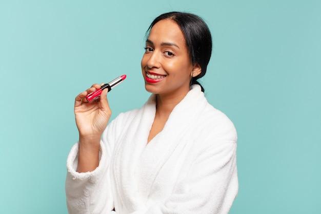 Uśmiechnięta ładna kobieta robi makijaż