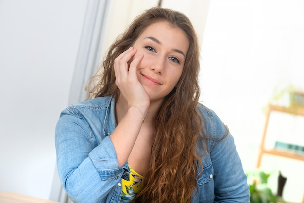 Uśmiechnięta ładna młoda kobieta z niebiescy dżinsy kurtką