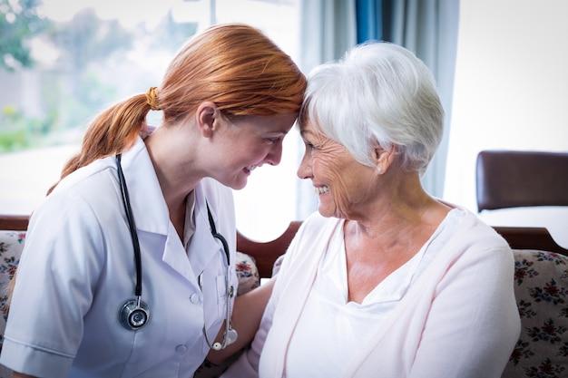 Uśmiechnięta lekarka i cierpliwy patrzeć twarz w twarz