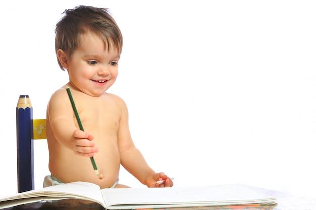 Uśmiechnięta mała dziewczynka rysuje ołówek