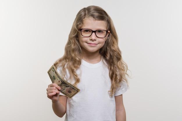 Uśmiechnięta mała dziewczynka z gotówką