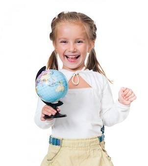 Uśmiechnięta mała dziewczynka z kulą ziemską