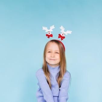 Uśmiechnięta małej dziewczynki zima ubierająca