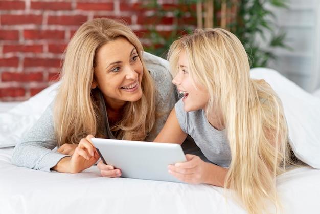 Uśmiechnięta matka i córka patrzeje each inny