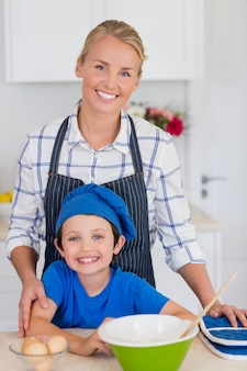 Uśmiechnięta matki i syna pozycja w kuchni