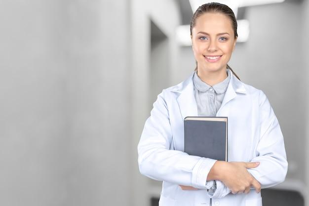 Uśmiechnięta medyczna kobiety lekarka