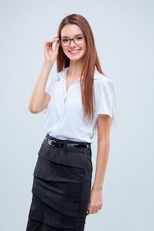 Uśmiechnięta młoda biznesowa kobieta w okularach