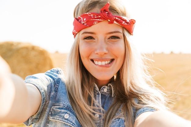 Uśmiechnięta młoda blondynka