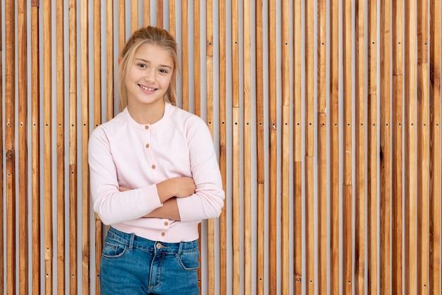 Uśmiechnięta młoda dama pozuje modę