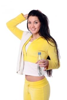 Uśmiechnięta młoda dziewczyna robi sprawności fizycznej ćwiczeniu