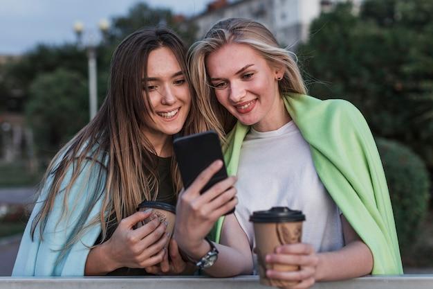 Uśmiechnięta młoda kobieta bierze obrazek