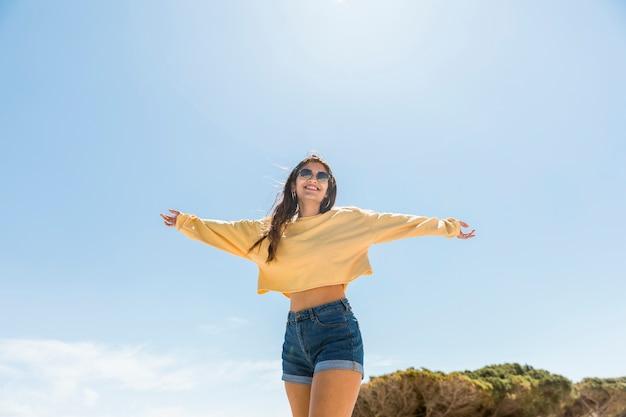 Uśmiechnięta młoda kobieta cieszy się wakacje