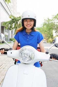 Uśmiechnięta młoda kobieta dostawy
