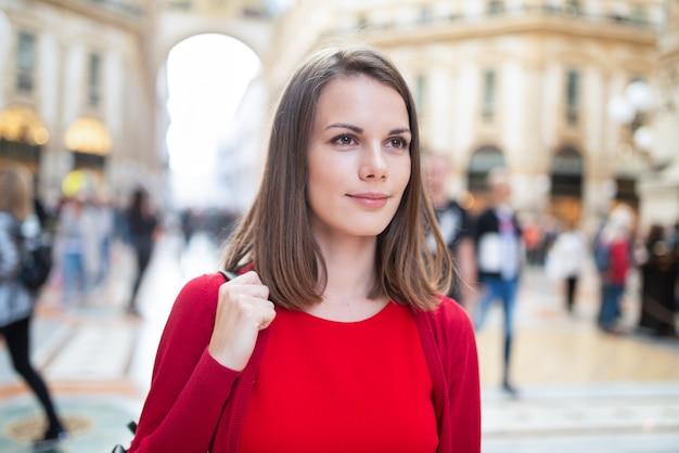 Uśmiechnięta młoda kobieta na zakupy w mediolanie we włoszech