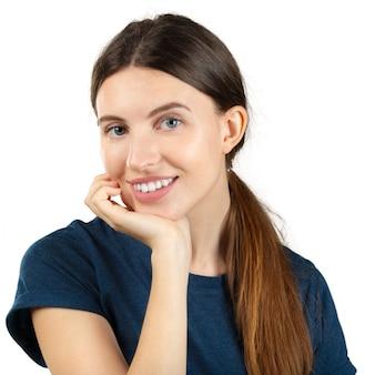 Uśmiechnięta młoda kobieta odizolowywająca na bielu