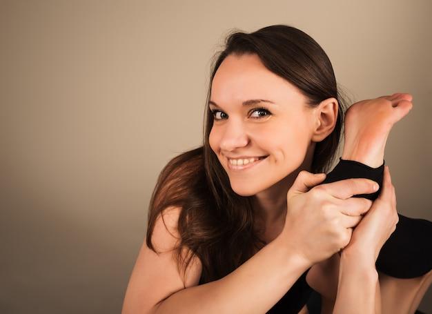 Uśmiechnięta młoda kobieta pilates nauczyciel
