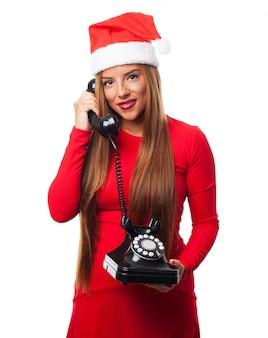 Uśmiechnięta młoda kobieta podczas rozmowy telefonicznej