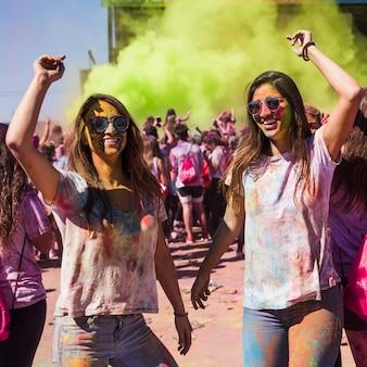 Uśmiechnięta młoda kobieta tanczy w holi kolorze