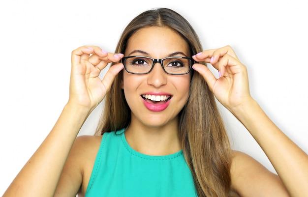 Uśmiechnięta młoda kobieta w okularach i trzymając ramę