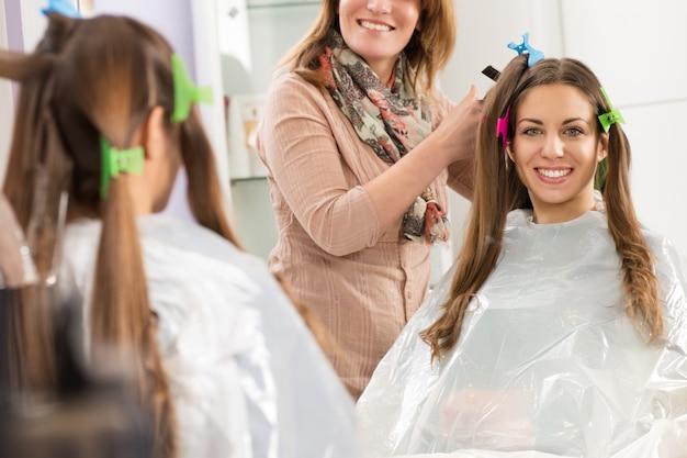 Uśmiechnięta młoda kobieta w salon fryzjerski