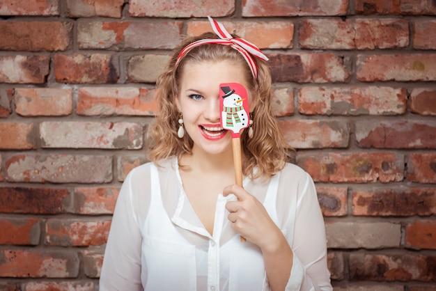 Uśmiechnięta młoda kobieta z kulinarną łopatką