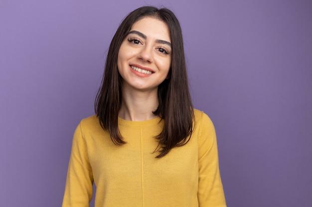 Uśmiechnięta młoda ładna kaukaska kobieta