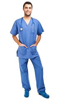 Uśmiechnięta młoda męska pielęgniarka odizolowywająca na bielu