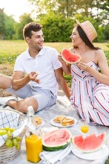 Uśmiechnięta młoda para spędzająca razem dobry czas