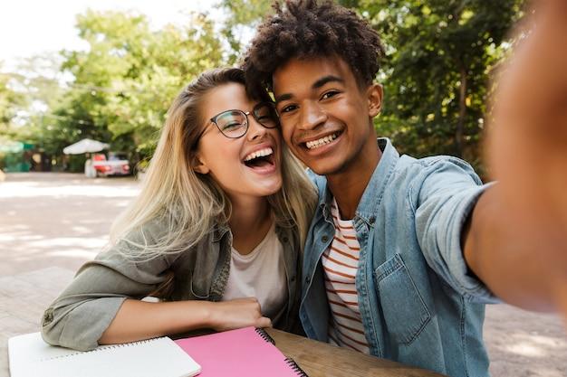 Uśmiechnięta młoda para wieloetniczna spędzać czas razem