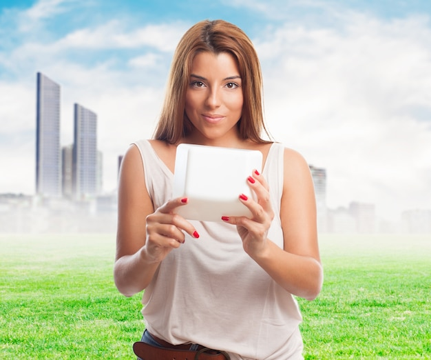 Uśmiechnięta nastolatka technologii duża www