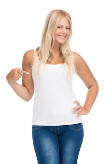 Uśmiechnięta nastolatka w pustej białej koszulce