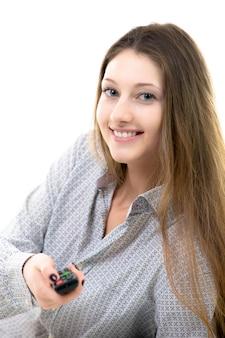 Uśmiechnięta nastolatka z pilotem w ręku