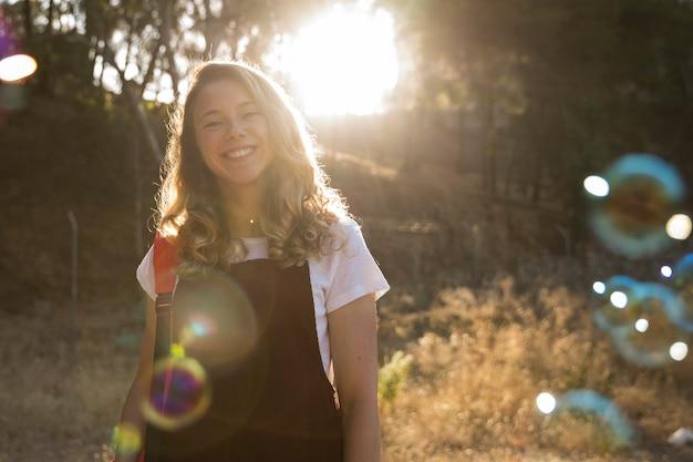 Uśmiechnięta nastoletnia dziewczyna w parku