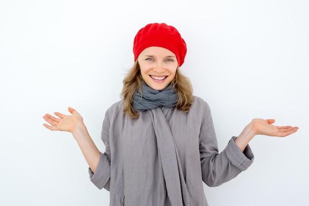 Uśmiechnięta niezrozumiała kobieta wzruszająca ramiona