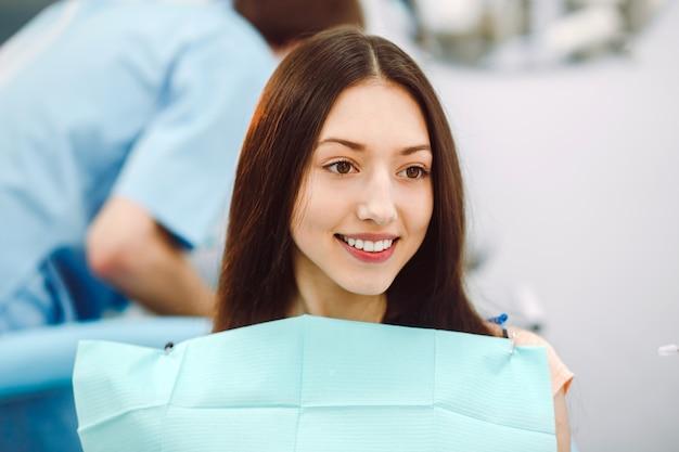 Uśmiechnięta pacjenta oczekującego na jego sprawdzanie stomatologicznej