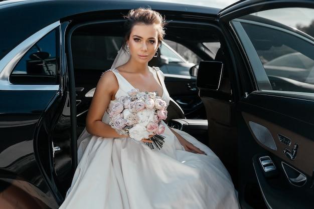 Uśmiechnięta panna młoda z pana młodego w limuzynie samochodu ślub.