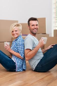 Uśmiechnięta para ma przerwę przy kawie