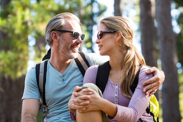 Uśmiechnięta para patrzeje twarz w twarz podczas gdy relaksujący