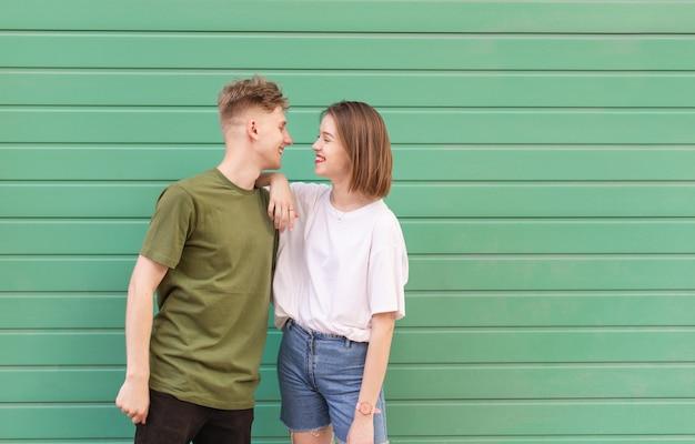 Uśmiechnięta para piękny stojący