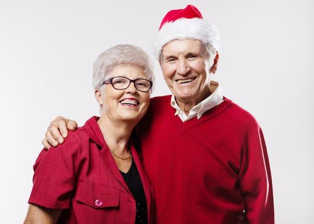 Uśmiechnięta para starszych