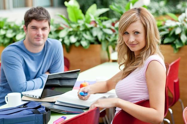 Uśmiechnięta para studentów pracujących razem