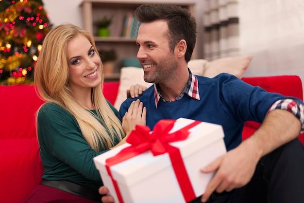 Uśmiechnięta para w czasie świąt bożego narodzenia
