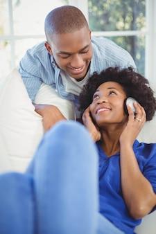 Uśmiechnięta para w żywym pokoju w domu