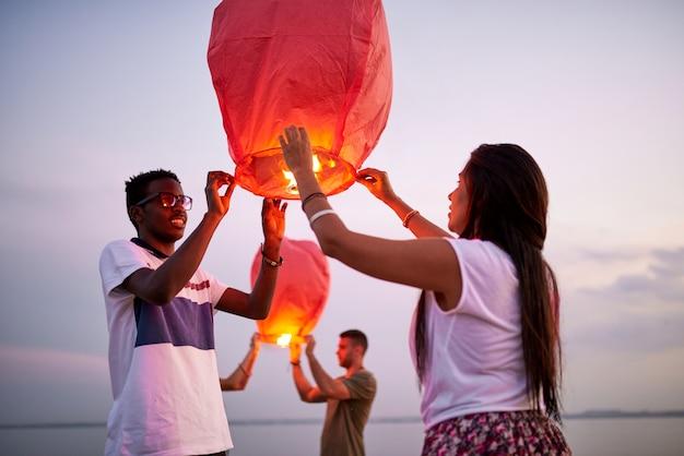 Uśmiechnięta para wprowadza chińskie lampiony jako symbol miłości